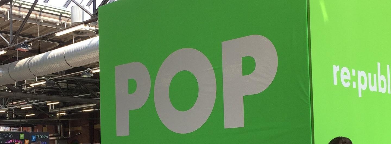 """Blick auf den grünen Würfel """"POP"""" zur rp18 in der großen Halle der re:publica"""