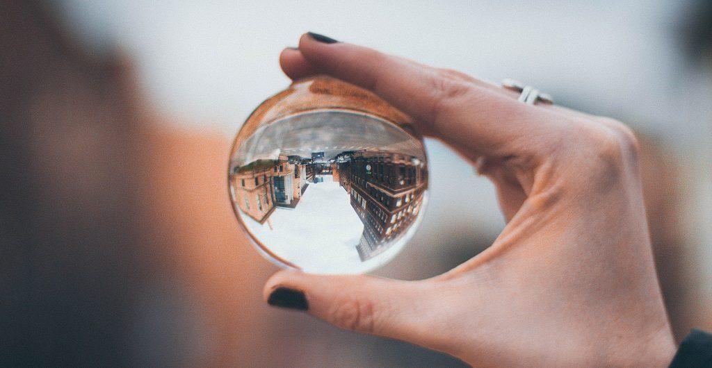 Perspektivenwechsel - hier gezeigt am Blick durch eine Glaskugel