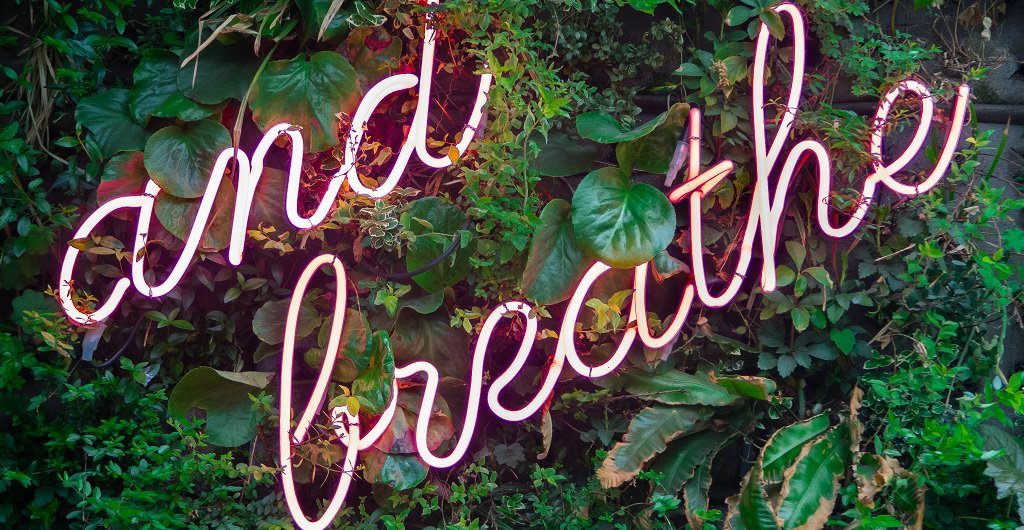 """Durchatmen - dafür steht das Neon-Schild """"just breathe"""""""