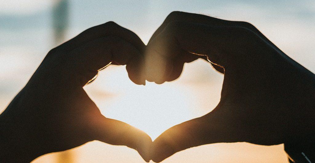 Twitter - eine Lobhudelei. Das Bild zeigt ein Herz, das aus zwei Händen geformt ist.